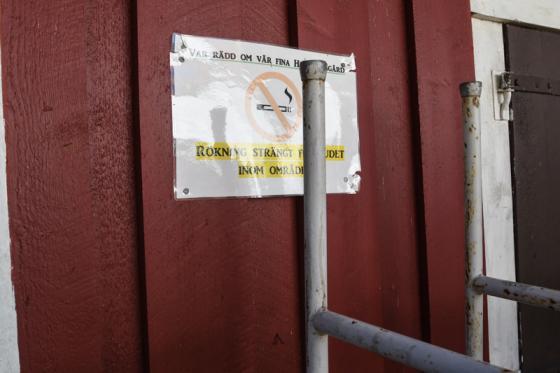 Både utanför hembygdsparken och inne på området finns dessa skyltar.