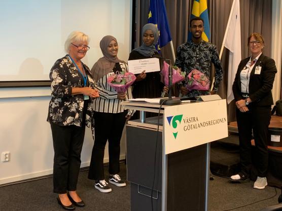 Göteborgspolitikern Carina Liljesand (L) överräckte stipendiet till Hela Blomman under överinseende av ordförande Annika Tännström (m).