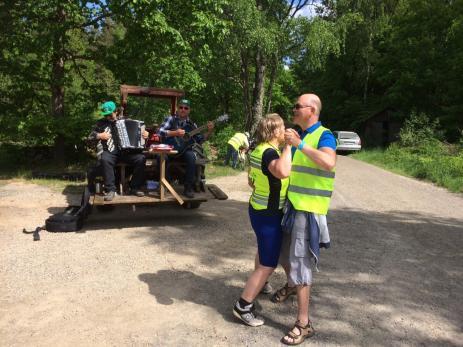 Birger Svensson och Peter Sonneson satt uppflugna på ett traktorflak och spelade allt från polka till SvenIngvars, något som lockade många att ta en spontan svängom.