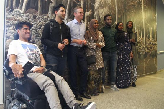 Det var trångt runt näringsminister Mikael Damberg när det blev tillfälle att ta selfies.