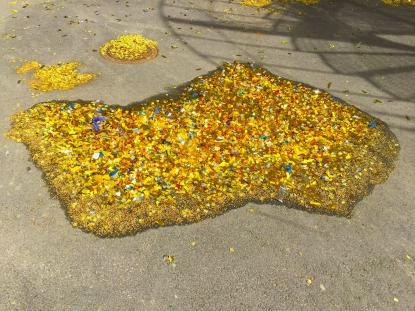 Dagen efter. En gyllene konfettipöl på skolgården