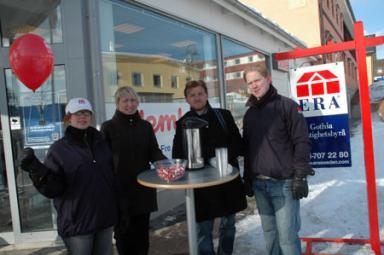 Ellinor Svensson, Anna Dahlberg, Fredrik Jaeger och Mats Johansson från ERA Gothia Fastighetsbyrå pratade gärna med både säljare och köpare av bostäder utanför Hemköp Bolle i lördags.