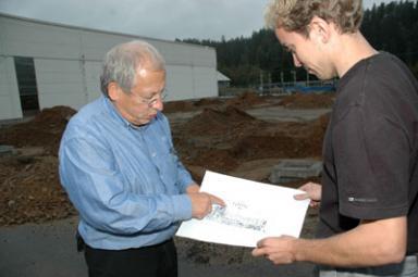 Företagets grundare och ägare Bengt-Olof Hammar och produktionstekniker Magnus Jönsson studerar en av ritningarna till ny- och tillbygget.