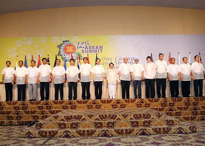 President Gloria Macapagal-Arroyo joins her counterpart leaders from the Association of Southeast Asian Nations (ASEAN) member countries as they pose for a group picture with Prime Minister Manmohan Singh of India (fifth from left) before the start of the 5th ASEAN- India Summit Sunday (January 14) at the Sugbu Summit Hall, Shangri-la Hotel in Mactan Lapu-Lapu City.