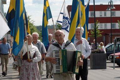 Med dragspelare ArturEriksson i spetsen tågade fanborgen och publiken från Gästgivartorget via brandstationen till Bollegården där kaffe med dopp väntade.