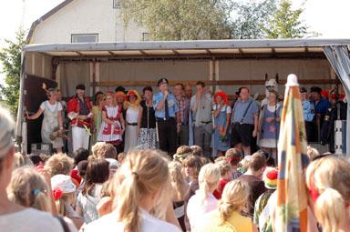 Skolpersonalen hälsade eleverna välkomna till det nya skolåret genom att avsluta karnevalen med en sång från scenvagnen.
