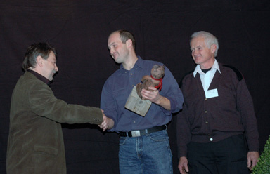 Fredrik Karlsson tar emot utmärkelsen \