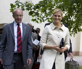 Prinsessan Madeleine och landshövdingen på väg från jubileumshögtiden i kyrkan till jubileumskonserten på Gävle Teater