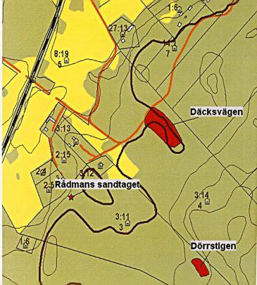 Utgrävningen genomfördes vid Däcksvägen. Den tjocka linjen visar kustlinjen vid tiden för stenålderbosättningen
