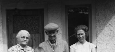 Erik Hamberg med hustrun Emma och sonhustrun Anna.