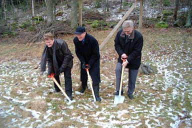 Per-Anders Gustavsson, VD vid Bollebygds Hus, Carl-Eric Olterman, styrelseordförande i Bollebygds Hus och kommunalrådet Christer Johansson (m) tar de tre första spadtagen.