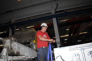 Magnus Eriksson visade runt i fabriken. Magnus har jobbat i 27 år vid elementfabriken i Bollebygd.