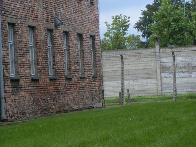 Endast stängslet avslöjad lägrets historia.