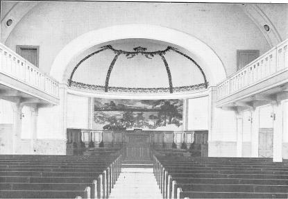 Aulan såg vid invigningen mer ut som en kyrkolokal och var vackert utsmyckad i scenhusets tak.