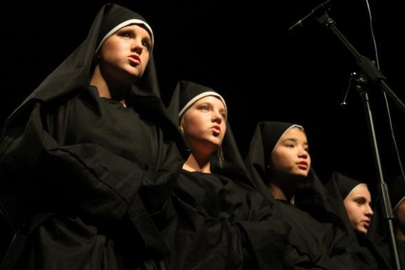 Nunnorna beslutade att skicka iväg Maria som guvernant.
