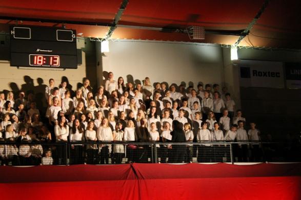 På musikugglan har vi så många sångtalanger att alla inte får plats på scen. Därför fyller vi även läktaren med en jättekör!
