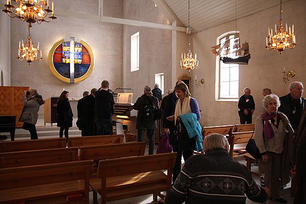 <span>Många ville titta närmare på den nybyggda Åkerman & Lund-orgelns spelbord.</span>