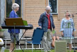 Eva Hedlund t.v. var kantor för dagen, Gunnar Hedlund läste en text och Ellen hälsade alla välkomna till den gamla Ullbergska gården