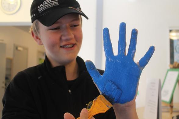 Oscar firar FN-dagen med en härligt blå hand!