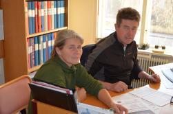 Urban Nyberg ocvh Mari Sjöström planerar för fortsättning av skinnberedningskursen. Urban på Studiefrämjandethar många kurser på gång t.ex. jägarkurser det är bara att kontakta Urban så ordnar han en Studiecirkel...