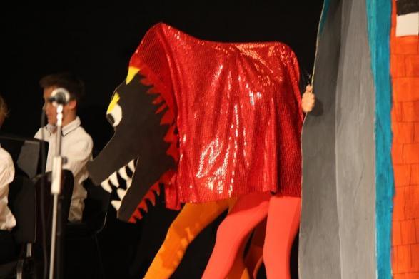 Den livsfarliga draken Kattla intar scenen och hela publiken tystnar av skräck.