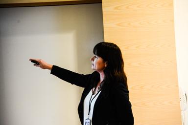 Helena Svensson som informerade om miljöarbetet på Landvetters flygplats pekade på många av de insatser som idag görs för att hela tiden förbättra miljön.