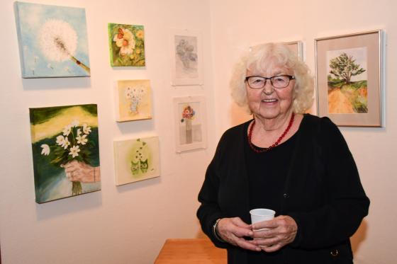 Birgit Albertsson visade upp sina tavlor föreställande blommor.