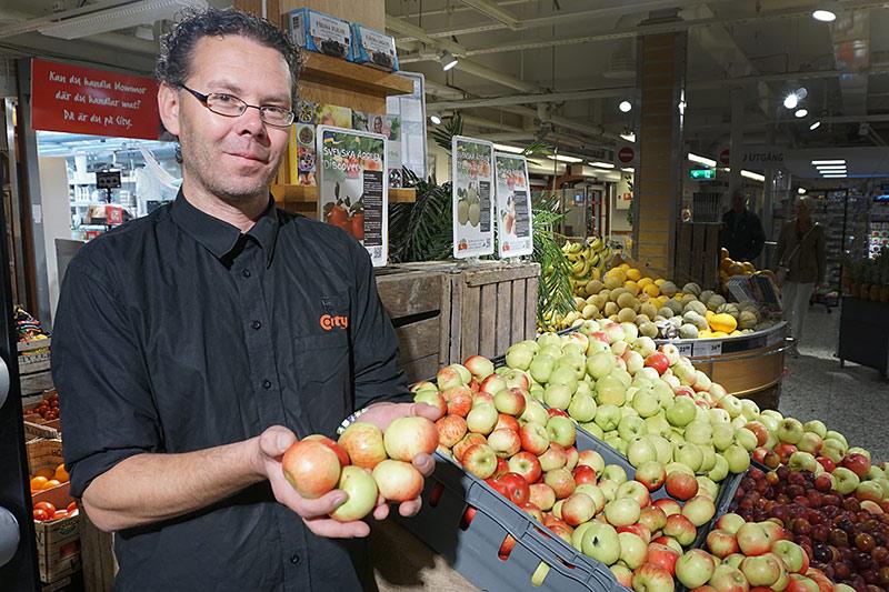 Nu är de svenska äpplena här. Magnus Nilsson jobbar i frukten på City Knalleland och tipsar gärna kunderna om goda sorter av alla slag. Som de svenska Discovery.