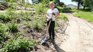 Josefine Jacobsson, nyexaminerad trädgårdsmästare svarar för planteringen i den nya Skattegårdsparken