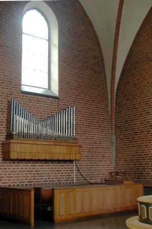Stora orgelns altarverk. Detta har även ett eget spelbord som skymtar nederst till höger i bild.