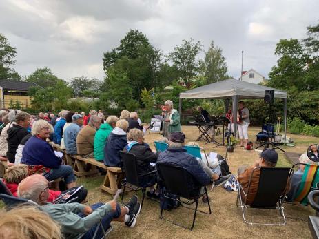 Många kom till sommarens första musikkväll i Svenmanska parken, där de bjöds på både underhållning av gruppen Tre G och allsång. Berit Ljungström var kvällens konferencier.