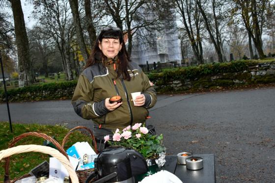 Eva Hell Widfeldt bjöd på kaffe med dopp. Men delade även ut en informationfolder<br />om gravstenssäkerhet.