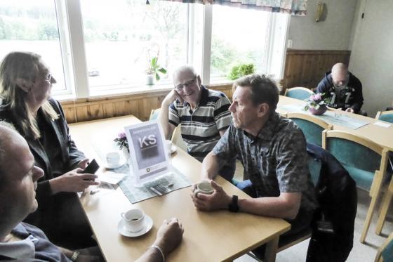 Elving Johansson, fd centerpolitiker i Töllsjö fanns självklart på plats och servade<br />i Ordenshuset. Här i samtal med Peter Rosholm, Sassi Wemmer och Stefan Hederdal.