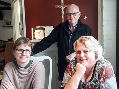 En del av Vägkorsets referensgrupp. Från vänster: Helen Kling diakon,Ing-Marie Johansson verksamhetsledare och Hasse Haraldsson förtroendevald i svenska kyrkan.