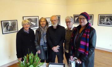 Gunilla Bergkvist, Ulla Lyckestam och Barbro Mattinen från Bollebygds Kulturförening var bland de första att besöka vernissagen på Galleri Odinslund. I mitten på bilden Dag Ekelund med sin fru Ulla till höger om sig.
