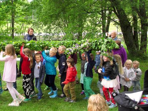 Barnen fick hjälpa till att bära fram den färdigklädda midsommarstången.
