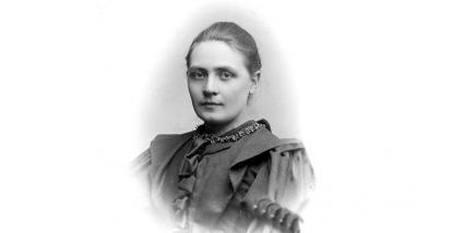 Tekla Swedlund (1871-1948) tog studenten 1889 vid Vasaskolan genom tentamen. Hennes far var språklärare vid skolan och hennes bror Gustaf blev gymnastiklärare vid Vasaskolan. Själv bodde hon i Gävle och var gymnastiklärare på Flickskolan.