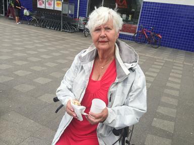 Mona &Aring;kesson tog tillvara på tillfället och provsmakade surströmming för allra första gången i sitt 79-åriga liv.<br />– Faktiskt gott, tyckte Mona.