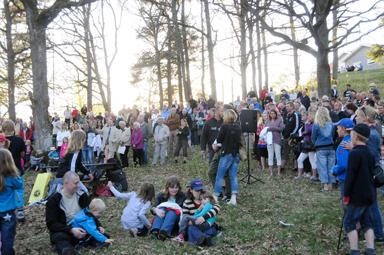 Publiken samlad inför majbrasan, vårsånger och vårtal i Hedebergspark. Bilden är nturligtvis tagen vid ett tidigare tillfälle.