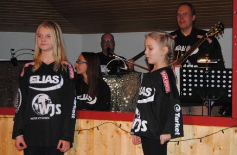 Emmie och Klara gjorde små bejublade sketcher framför orkesterdiket. I bakgrunden ser vi även Nilla, Tony och Stefan i diket. Bakom finns även trummisen Stefan.