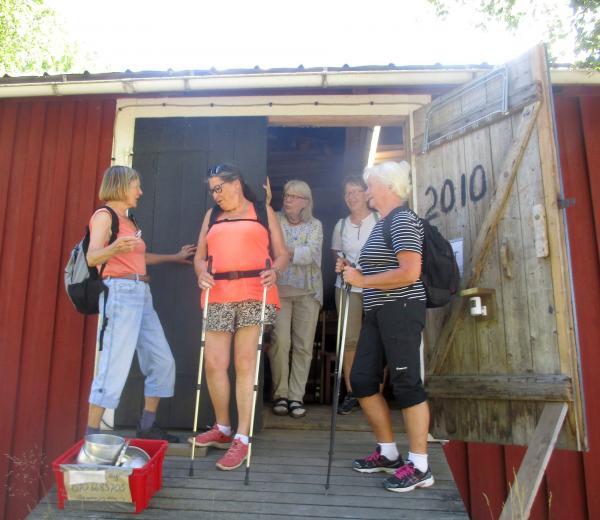 Eileen, Maine, Anki H, Anne-Marie och Anki S utanför loppisen