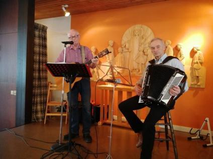 Spelemännen Ulf Pettersson och Sune Gustavsson underhöll med musik, sång och historier vid medlemsmötet i Frösve församlingshem.<br /><br />