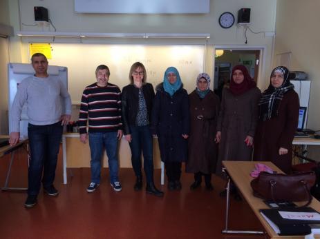 På etableringskursen får deltagarna bland annat läsa svenska, göra jobbstudiebesök och läsa om omvärlden.