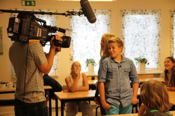Här ser ni Klara och Ville bli intervjuade av ett filmteam i sitt klassrum!