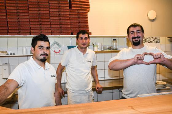 Yusuf Ziya Kuguc, Eyup Kog och ägaren Ramazon Kazan bakade pizzor i massor denna dag.