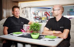 Man ska ha husvagn... Patrick Öberg och Magnus Öman gillar campinglivet. Båda jobbar på GH Husvagnar i Ulricehamn.