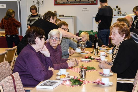 Samling kring kaffeborden var det på Röda Korsets julmarknad.