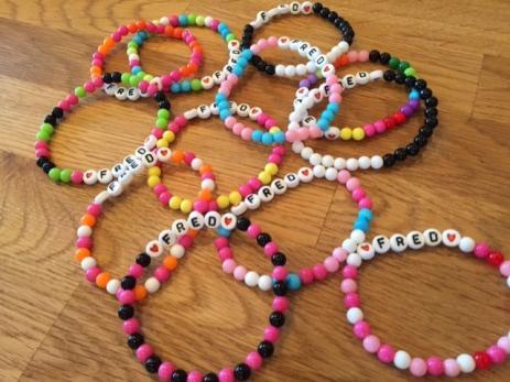 De färgglada armbanden säljs för trettio kronor och pengarna går oavkortat till Rädda Barnen i Syrien.