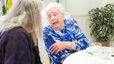 Det var många som ville uppvakta och byta några ord med dagens 100-åring på Bollegården i Bollebygd.
