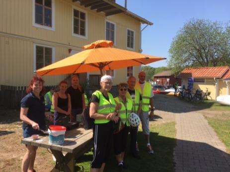 Pensionat Järnavik hade fullt upp med att servera nygrädde våfflor, glass och kaffe till fikasugna cyklister.